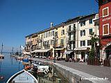Bunte Häuser an einem Hafen am Gardasee