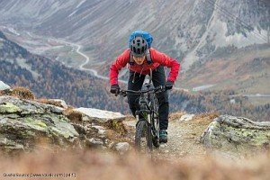 Mountainbiker in bergiger Umgebung