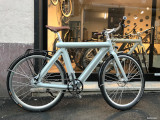 leaos_pressed-bike-vor-schaufenster