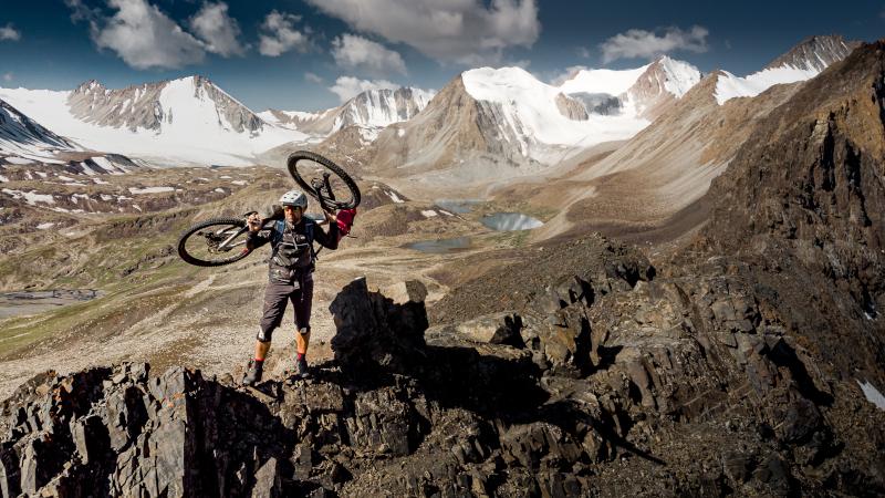 cedric-tassan-bikepacking-kirgisistan-bike-geschultert